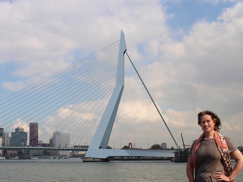 foto Ada Goverde | eigenaar Allios Deite - op de achtergrond de Erasmusbrug